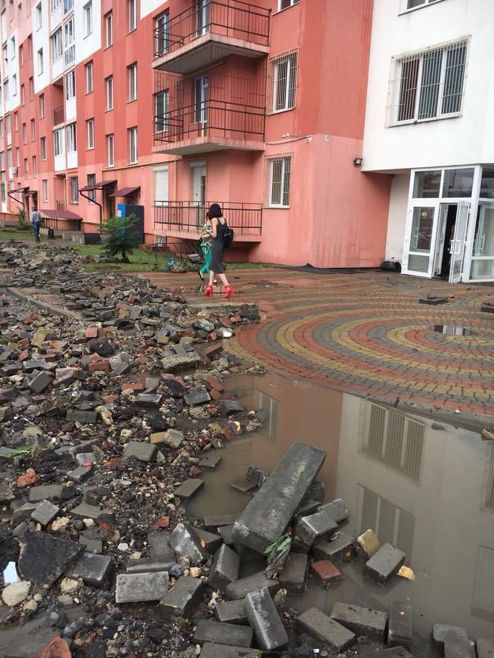 У Львові масштабна злива зупинила рух транспорту й затопила вулиці, - ФОТО, фото-30