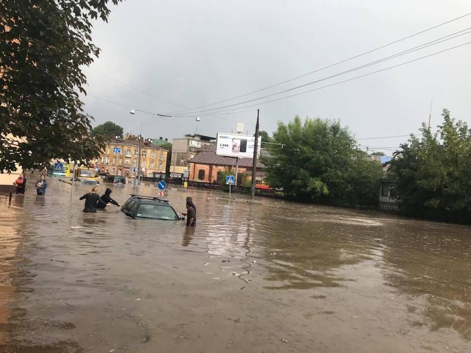 У Львові масштабна злива зупинила рух транспорту й затопила вулиці, - ФОТО, фото-36
