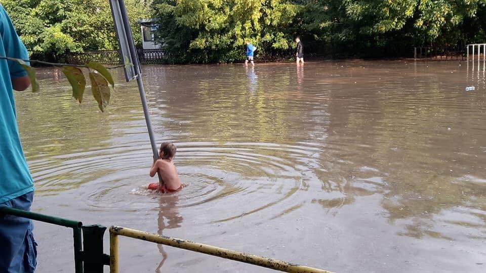 У Львові масштабна злива зупинила рух транспорту й затопила вулиці, - ФОТО, фото-33