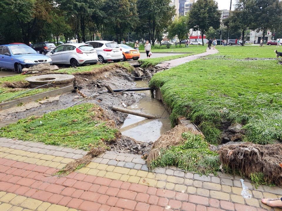 У Львові масштабна злива зупинила рух транспорту й затопила вулиці, - ФОТО, фото-38