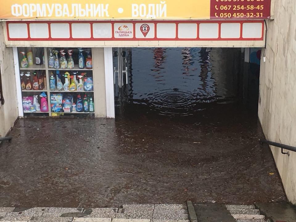 У Львові масштабна злива зупинила рух транспорту й затопила вулиці, - ФОТО, фото-32