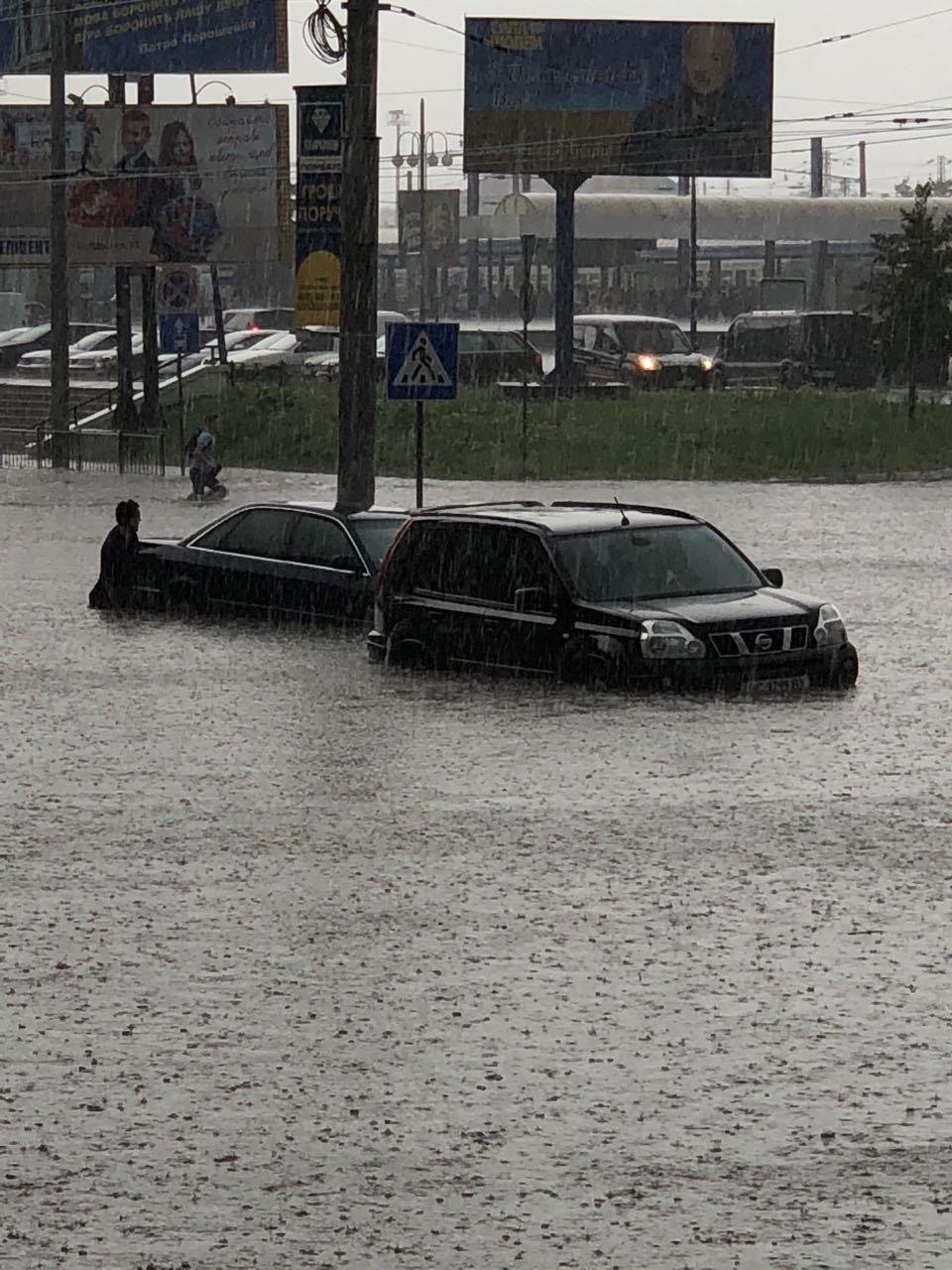 У Львові масштабна злива зупинила рух транспорту й затопила вулиці, - ФОТО, фото-14