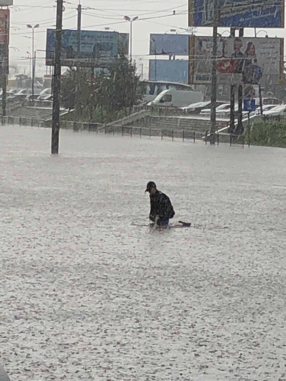 У Львові масштабна злива зупинила рух транспорту й затопила вулиці, - ФОТО, фото-13