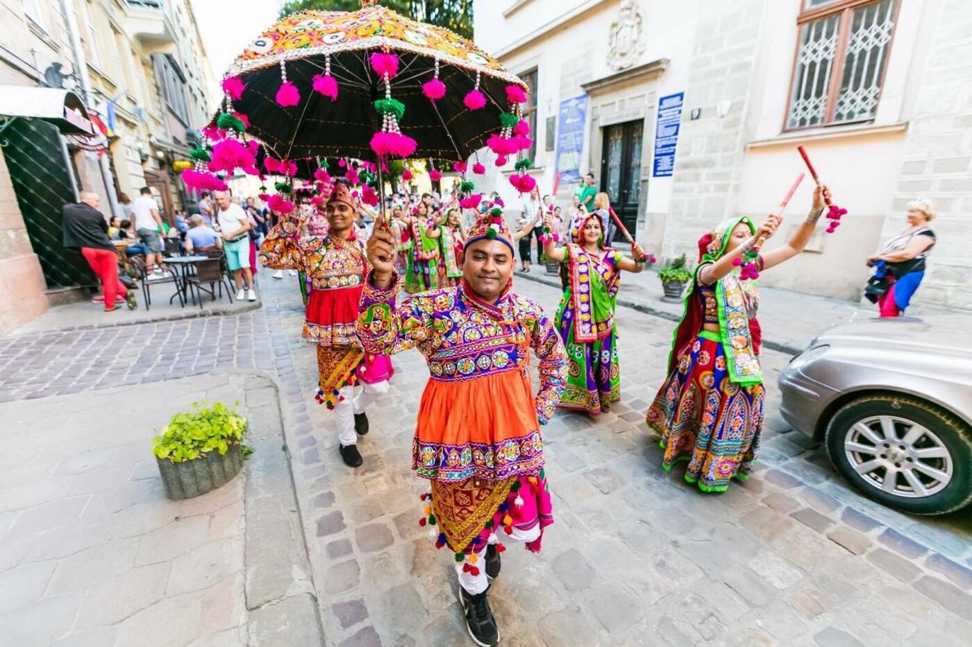 Львів яни матимуть нагоду подивитися на культуру іноземців  перед публікою  у народних костюмах з танцювальними номерами виступатимуть гості з Італії 6076d51fb90e0