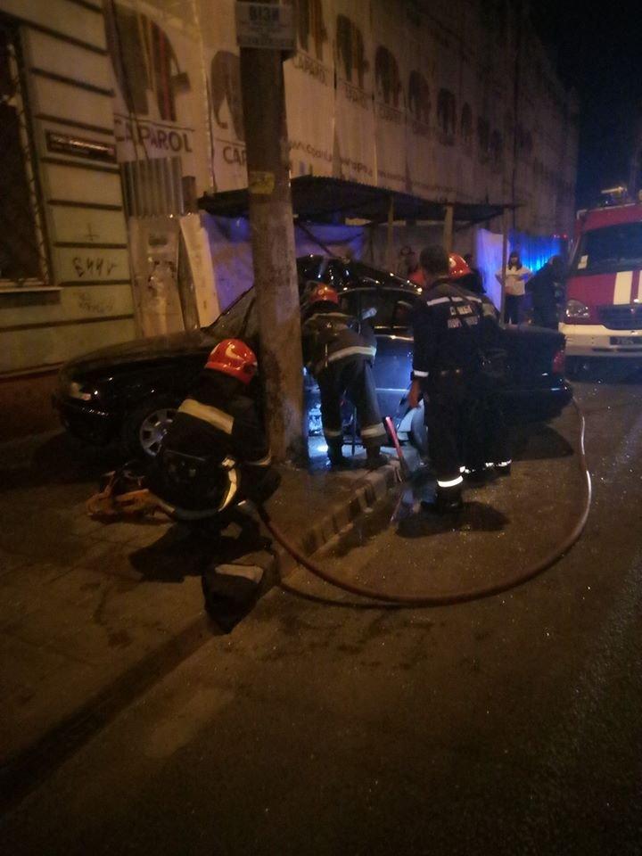 Вночі у центрі Львова водій БМВ протаранив електроопору: є постраждалий, - ФОТО, фото-1, Фото: Варта-1/facebook