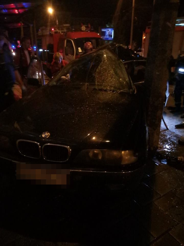 Вночі у центрі Львова водій БМВ протаранив електроопору: є постраждалий, - ФОТО, фото-2, Фото: Варта-1/facebook