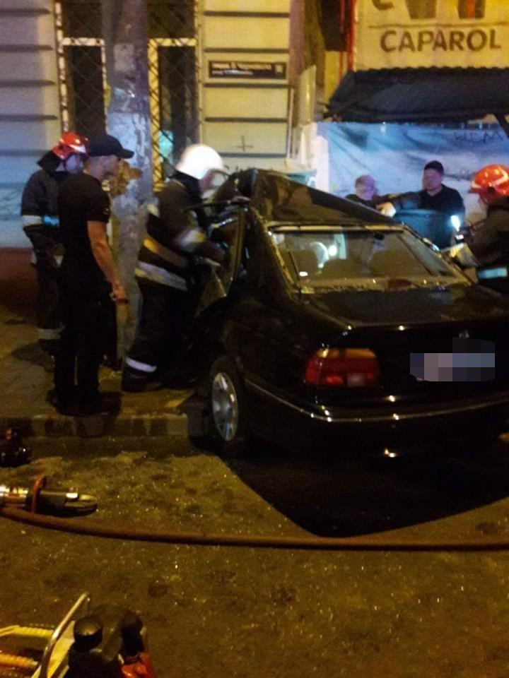 Вночі у центрі Львова водій БМВ протаранив електроопору: є постраждалий, - ФОТО, фото-3, Фото: Варта-1/facebook