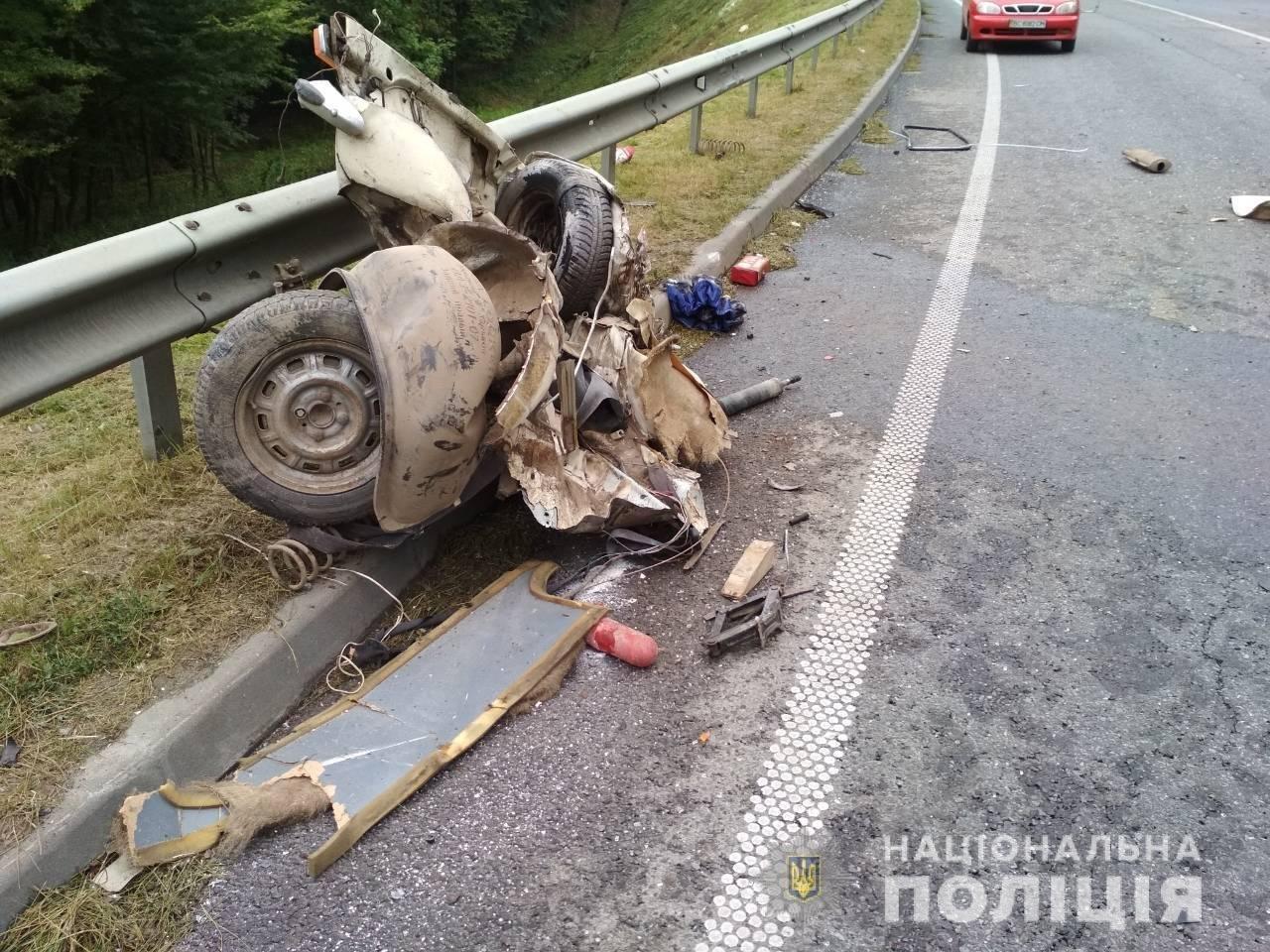 Поблизу Львова сталося моторошне зіткнення двох автомобілів: є постраждалі, - ФОТО, фото-1