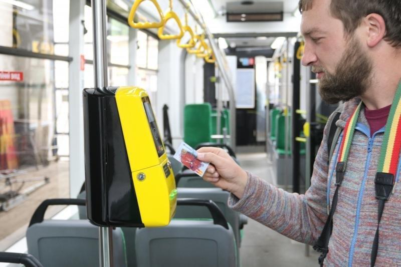 У тролейбусах №13 львів'яни можуть оплачувати проїзд через банківські термінали, фото-1