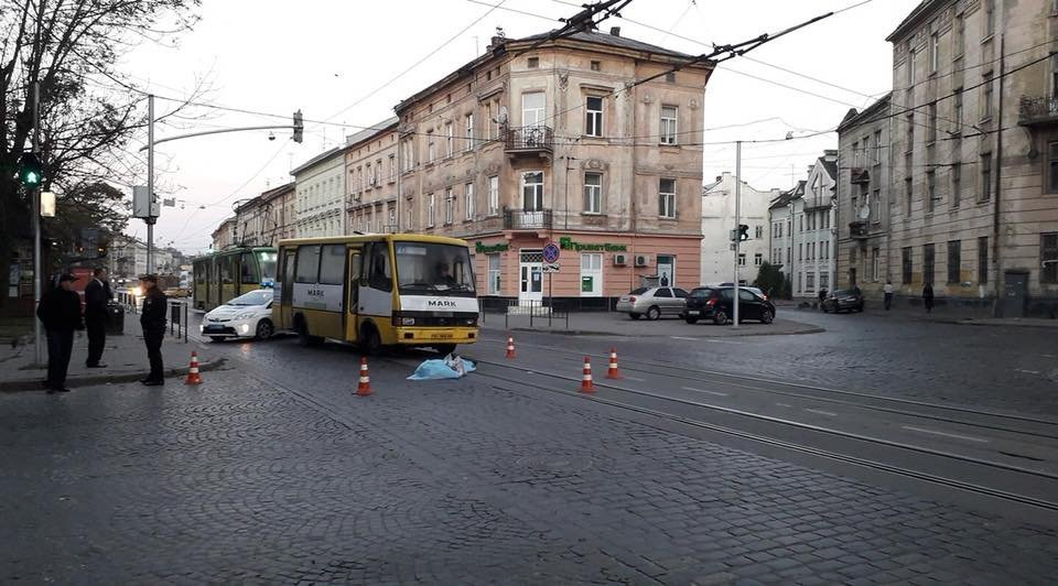 На площі Кропивницького у Львові водій автобуса на смерть збив літню жінку, - ФОТО, фото-2, Фото: Варта-1/Facebook