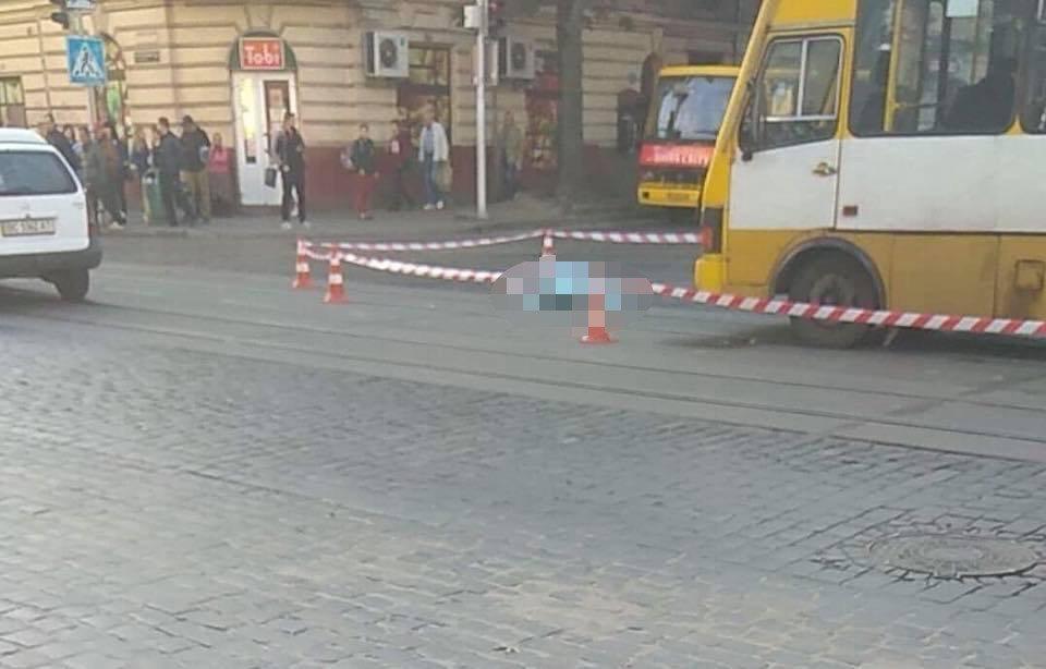 На площі Кропивницького у Львові водій автобуса на смерть збив літню жінку, - ФОТО, фото-1, Фото: Варта-1/Facebook