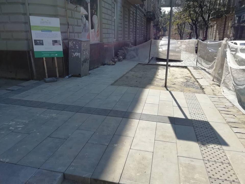 """Ділянку тротуару на Бандери облаштовують за проектом """"Вулиці для всіх"""", - ФОТО, фото-3, Фото: 032.ua"""