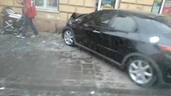 У Львові водій легковика протаранив дві автівки, виїхав на тротуар та травмував жінку з дитячим візочком, - ФОТО, фото-1, Фото: Ігор Зінкевич
