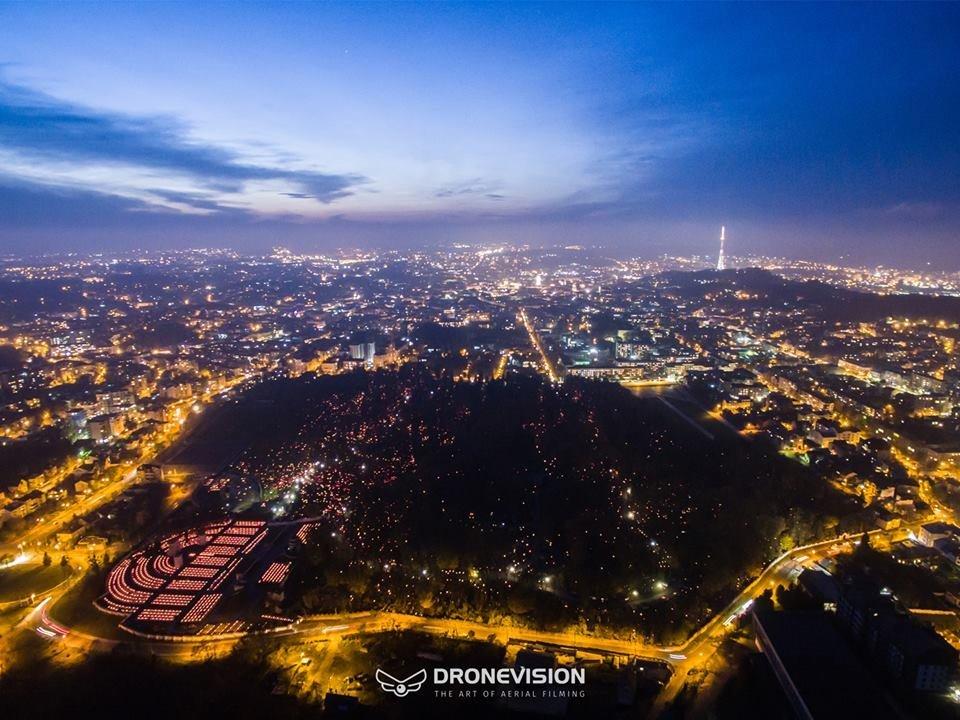 На Личаківському цвинтарі у Львові запалили тисячі лампадок. Фото з дрона, фото-4, Фото Мар'яна Боровця