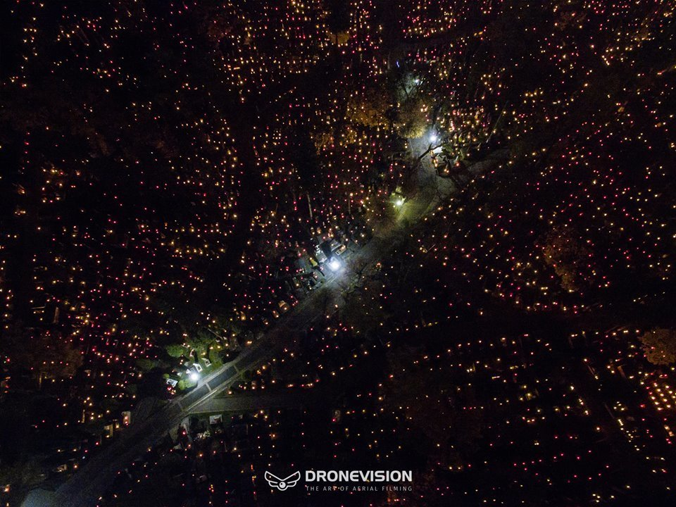 На Личаківському цвинтарі у Львові запалили тисячі лампадок. Фото з дрона, фото-2, Фото Мар'яна Боровця
