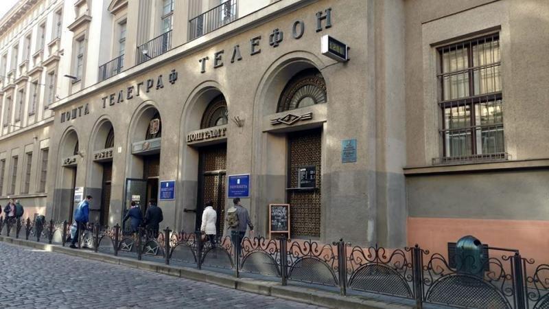 У будівлі Головної пошти у Львові незаконно облаштували кіоск, фото-1