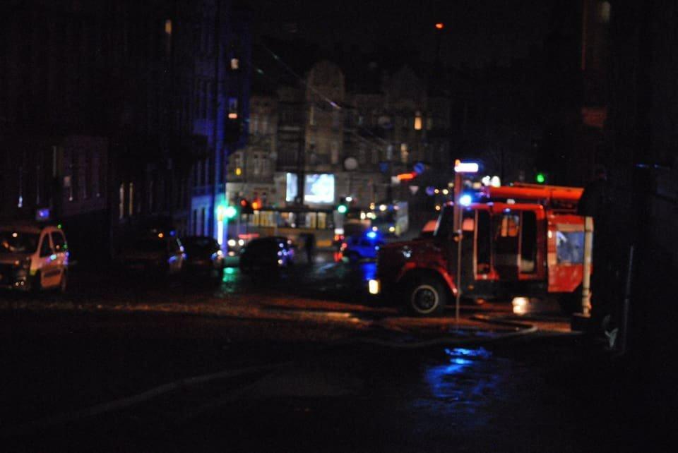 У Львові сталася пожежа на даху відділення ПриватБанку, - ФОТО, фото-2, Фото: Ігор Зінкевич/Facebook.com