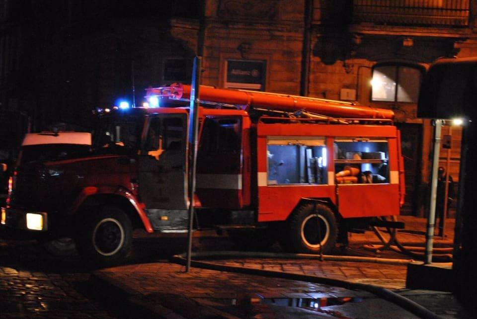 У Львові сталася пожежа на даху відділення ПриватБанку, - ФОТО, фото-4, Фото: Ігор Зінкевич/Facebook.com