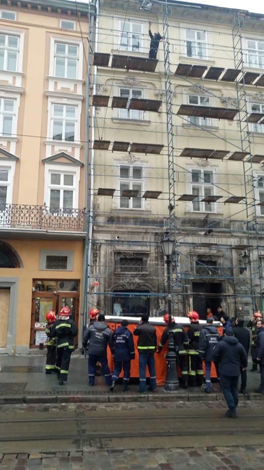У Львові через турка, який погрожував вчинити самогубство, перекривали рух транспорту на площі Ринок, - ФОТО, фото-2, Фото: Варта-1
