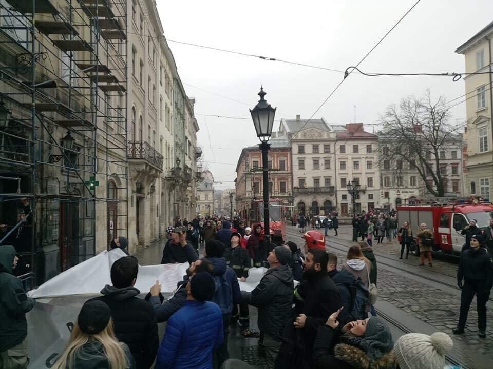 У Львові через турка, який погрожував вчинити самогубство, перекривали рух транспорту на площі Ринок, - ФОТО, фото-3, Фото: Варта-1
