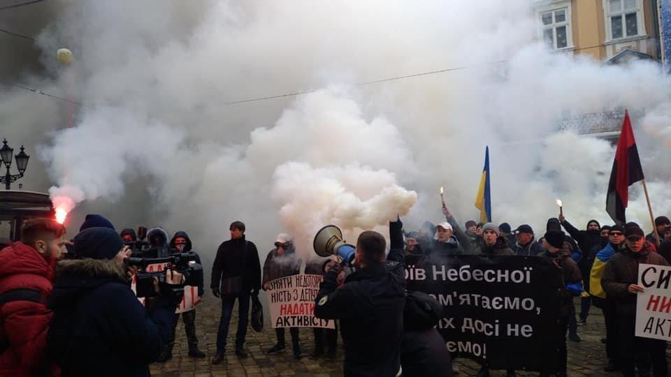 У центрі Львова пікетувальники запалили димові шашки, - ФОТО, фото-4, Фото: Ігор Зінкевич/Facebook.com