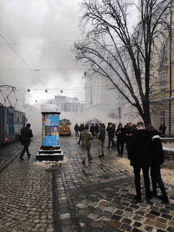 У центрі Львова пікетувальники запалили димові шашки, - ФОТО, фото-3, Фото: Ігор Зінкевич/Facebook.com