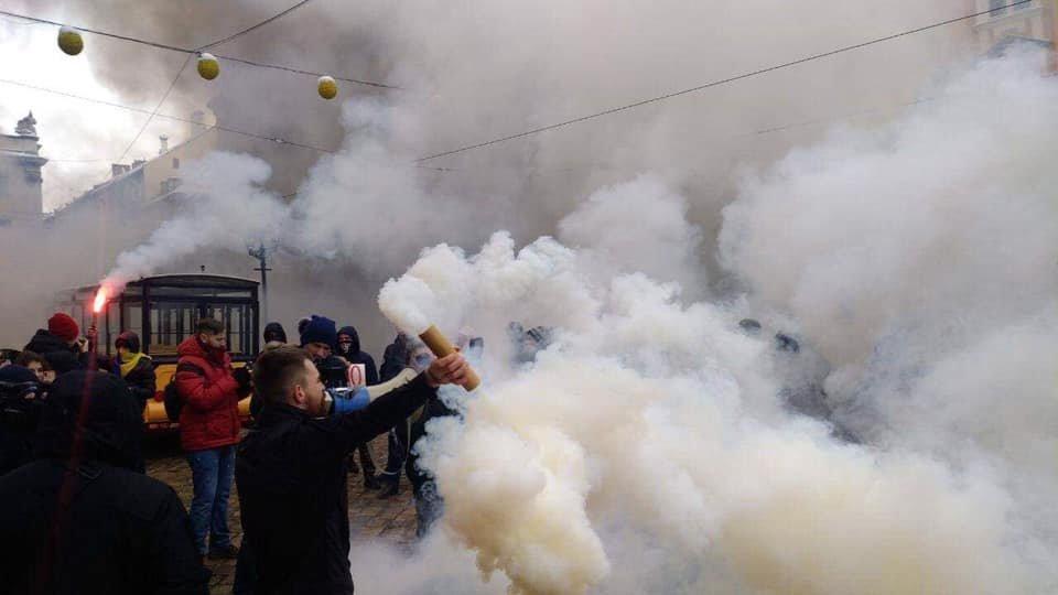 У центрі Львова пікетувальники запалили димові шашки, - ФОТО, фото-6, Фото: Ігор Зінкевич/Facebook.com