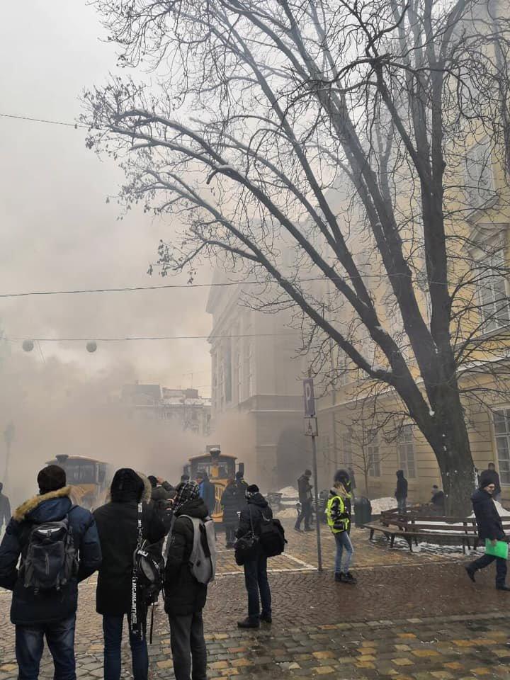 У центрі Львова пікетувальники запалили димові шашки, - ФОТО, фото-1, Фото: Ігор Зінкевич/Facebook.com
