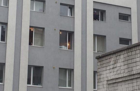 Стало відомо, чому чоловік хотів викинутись з вікна відділку поліції, фото-1