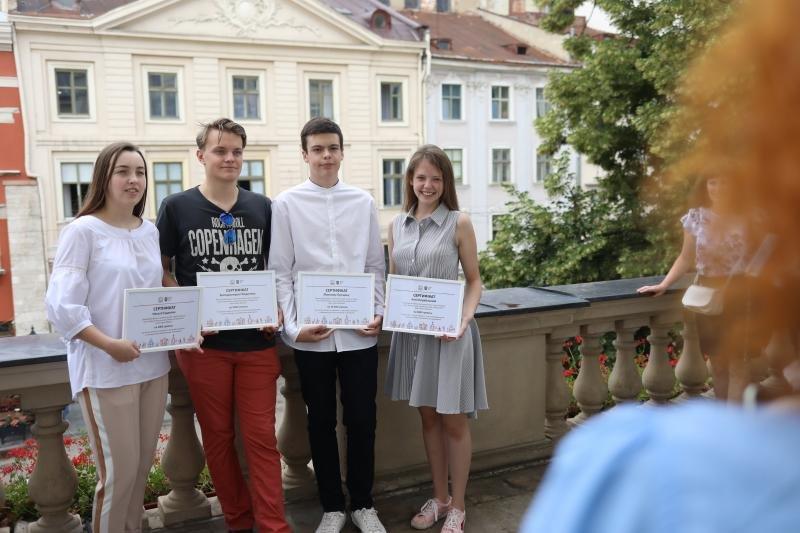 Львівським школярам, які здобули найвищі бали ЗНО, вручили грошові винагороди, фото-1