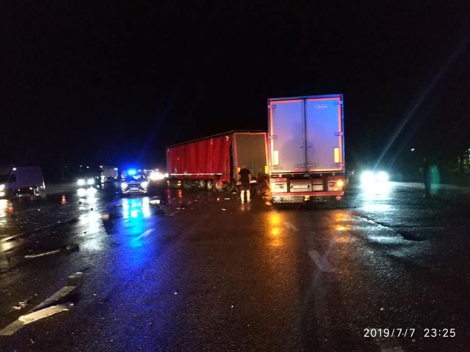На Львівщині на дорозі не розминулись дві вантажівки та автобус: є постраждалі, - ФОТО, фото-3, Фото: Ігор Зінкевич/Facebook.com