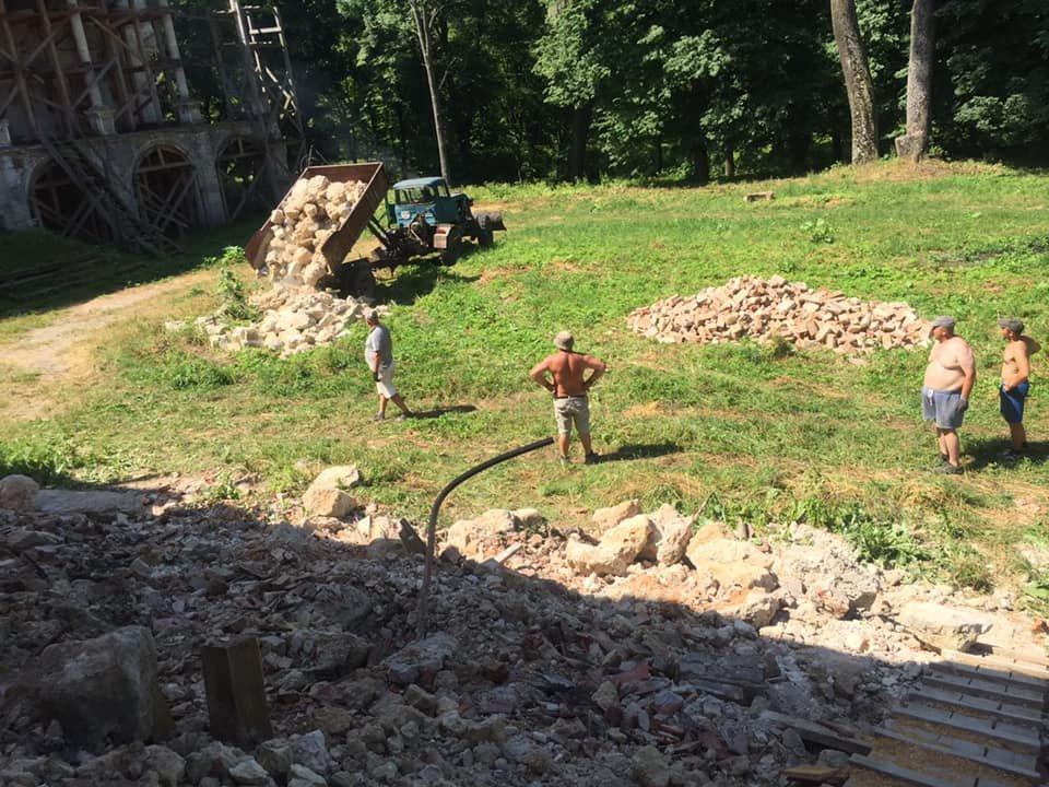 У Поморянському замку розібрали завали та облагороджують територію, - ФОТО, фото-2