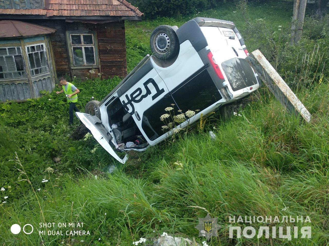 На Львівщині водій мікроавтобуса в'їхав у зупинку: є загиблі, фото-1