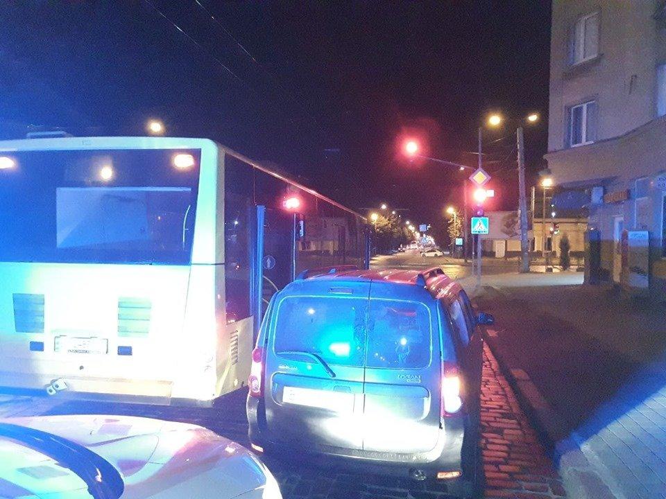 У Львові біля зупинки легковик наїхав на 16-річну дівчину, яка виходила з автобуса, фото-1