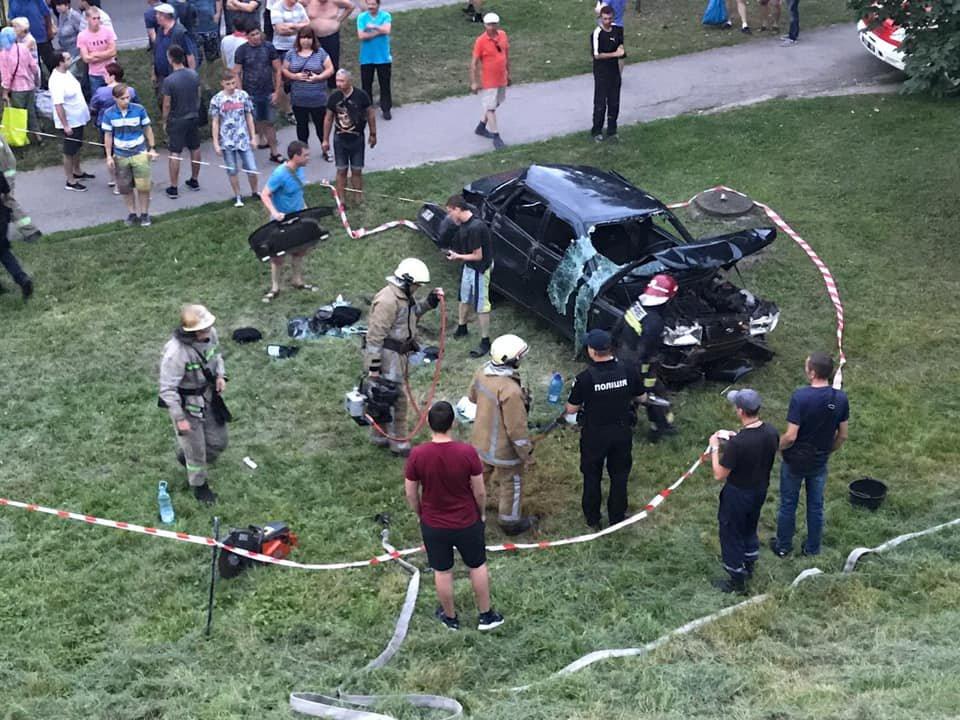 У Львові автомобіль зірвався з Сихівського мосту: постраждало двоє осіб, - ФОТО, фото-1
