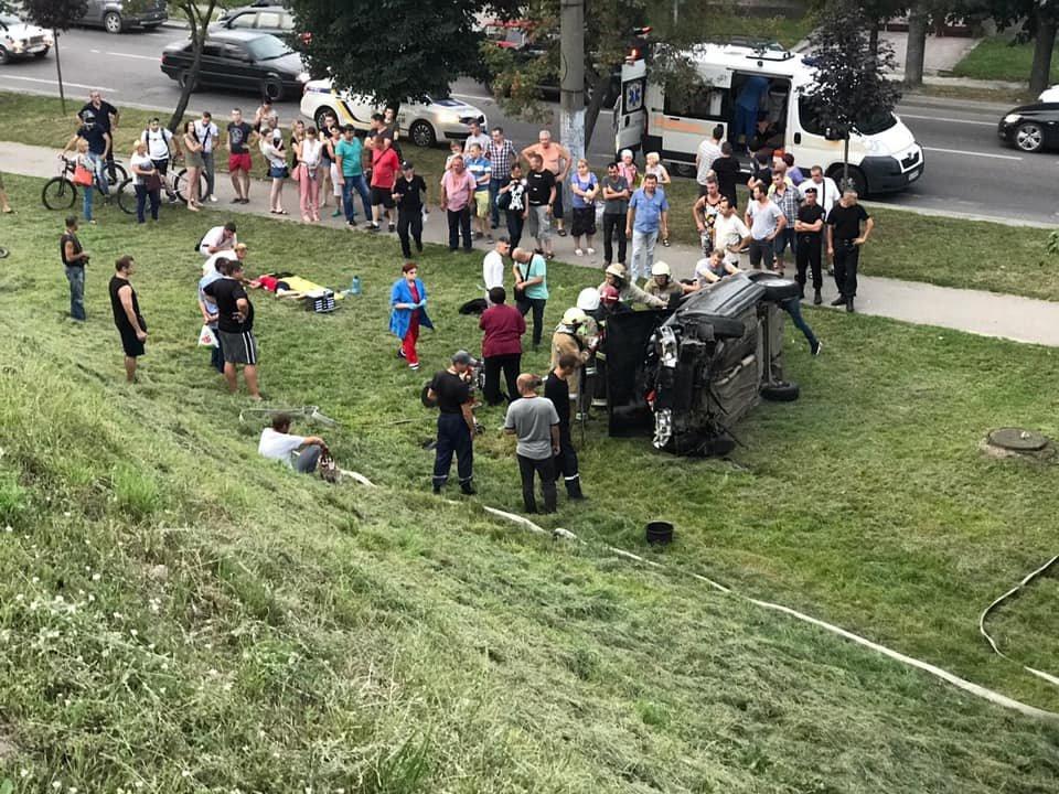 У Львові автомобіль зірвався з Сихівського мосту: постраждало двоє осіб, - ФОТО, фото-2
