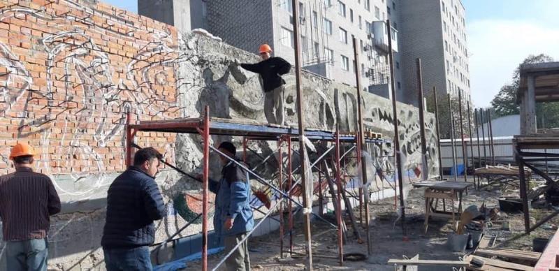 """Робота над відновленням мозаїки """"Море і Риби"""""""