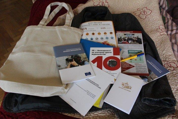 Журналістові лише дали цілу сумку роздаткової літератури/фото Влада Якушева
