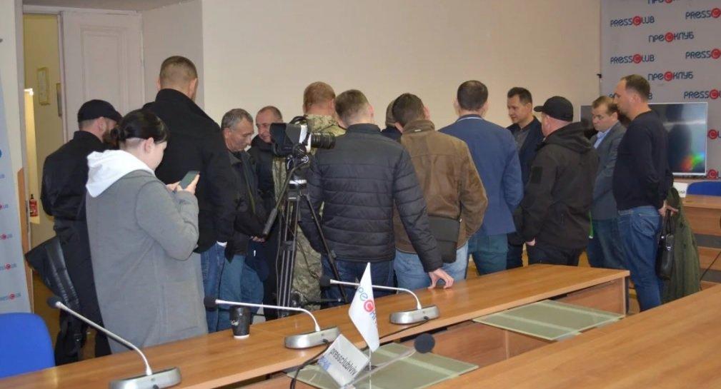 """Активісти """"УСУ АТО"""" намагались зірвати пресконференцію/фото пресклубу"""