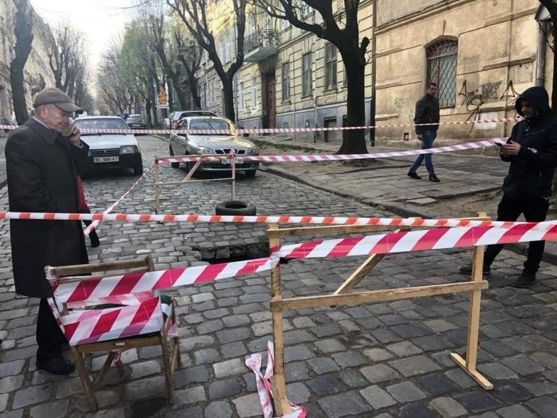 Провалля на вул. Олени Степанівни/фото пресслужби ЛМР