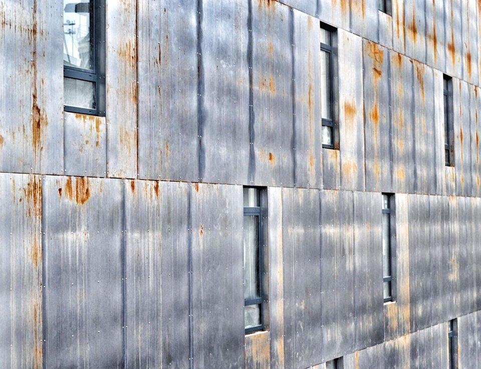 фасад готелю з картенової сталі, яка ще не набула остаточного вигляду/фото Андрія Худо