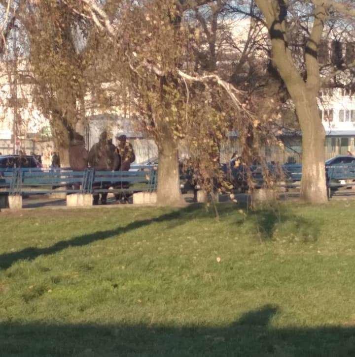 На площі Двірцевій перехожі знайшли мертву людину, - ФОТО