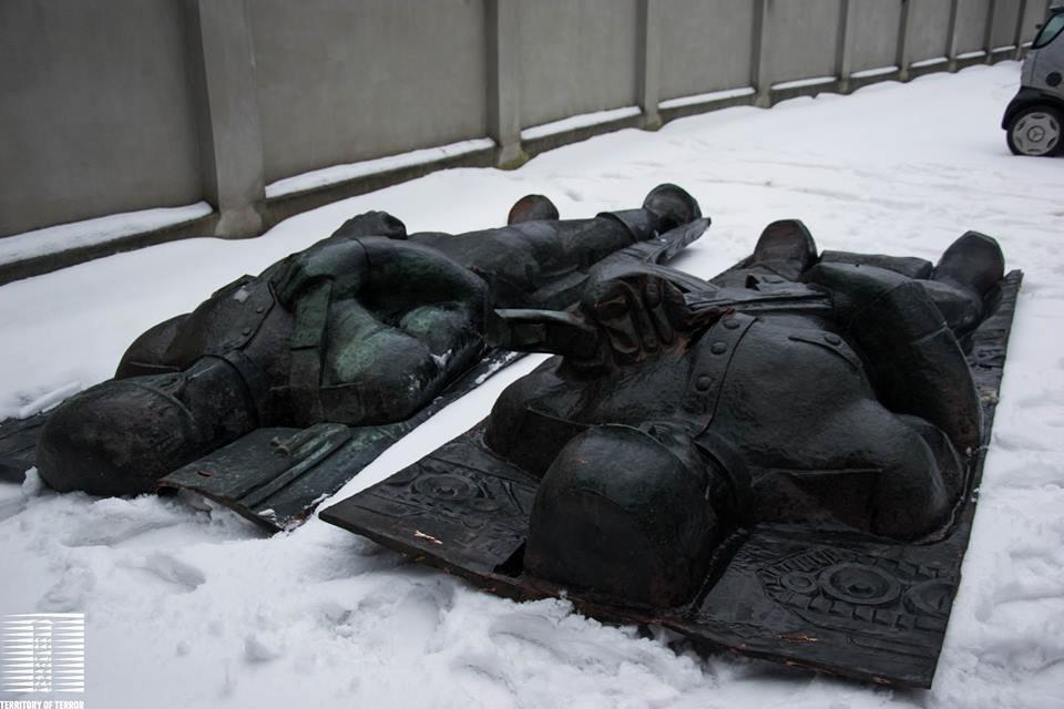 """Барельєф з Монументу Слави, фото """"Територія Терору"""""""