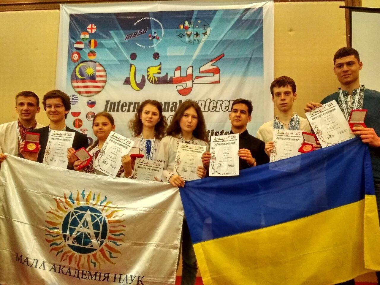 Дмитро Лопушанський (другий зліва), фото з сайту МОН України