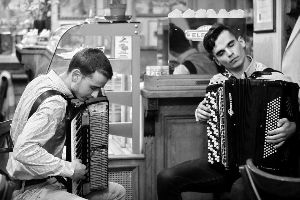 """Фото: акардеоністи Миколи Лахман і Святослав Мартинюк / кав'ярня-галерея """"Штука"""""""