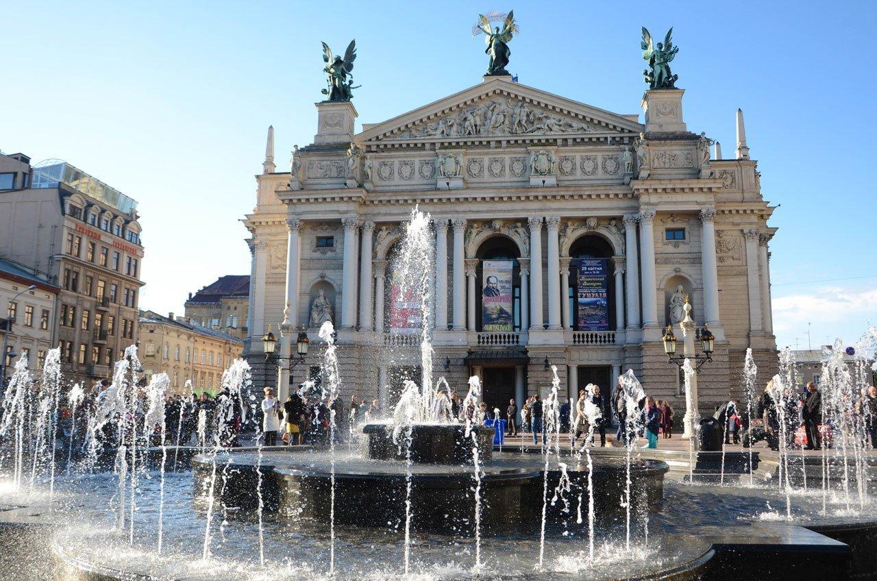 Фонтан біля Оперного театру