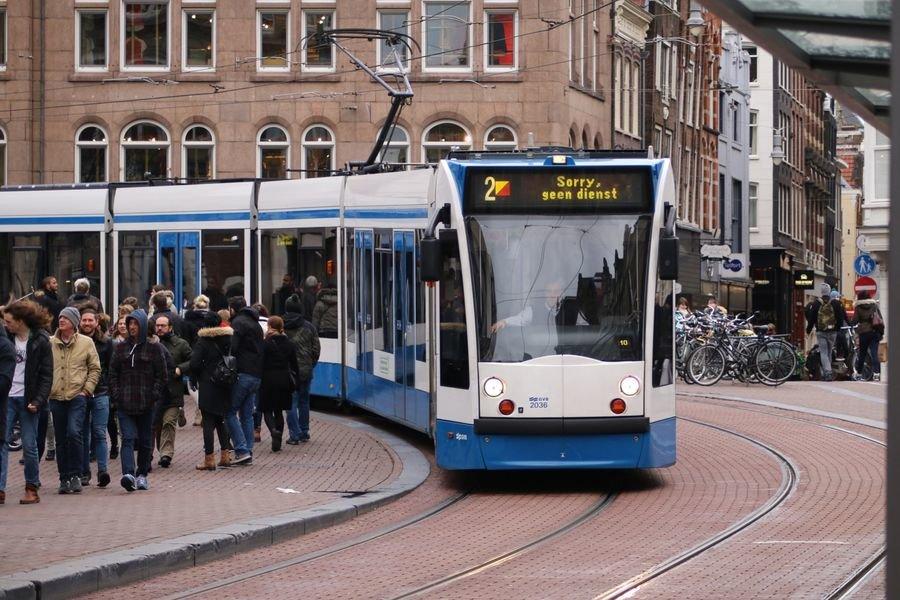 Трамвай в Амстердамі, фото static.tonkosti.ru