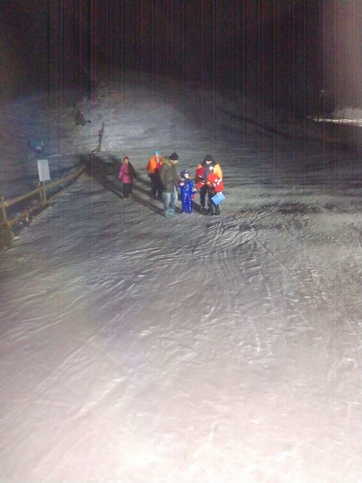 Туристи, яких врятували з підйомника біля Славського, фото ГУ ДСНС