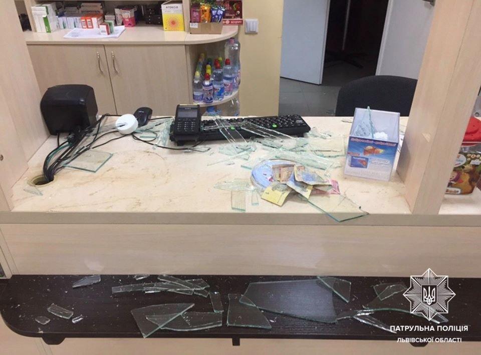 Фото: розтрощив вітрину в аптеці / Патрульна поліція Львівщини