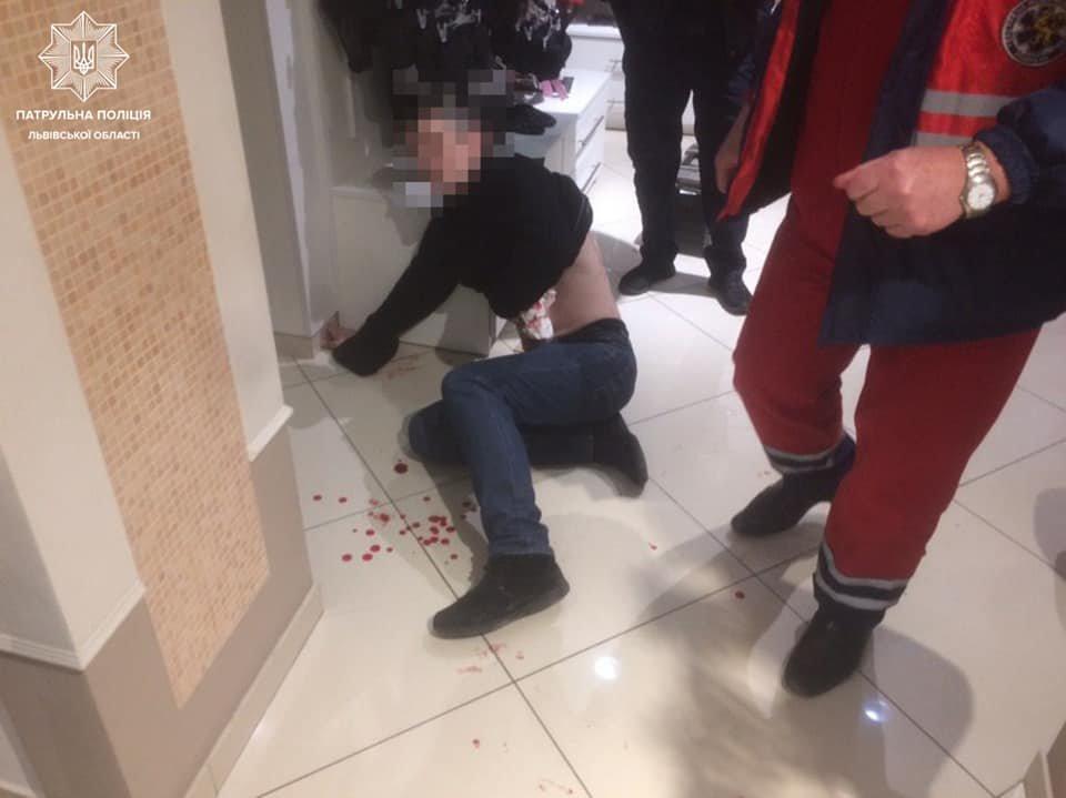 Фото: чоловік з ножем напав на перехожого у центрі Львова / пресслужба патрульної поліції Львівщини